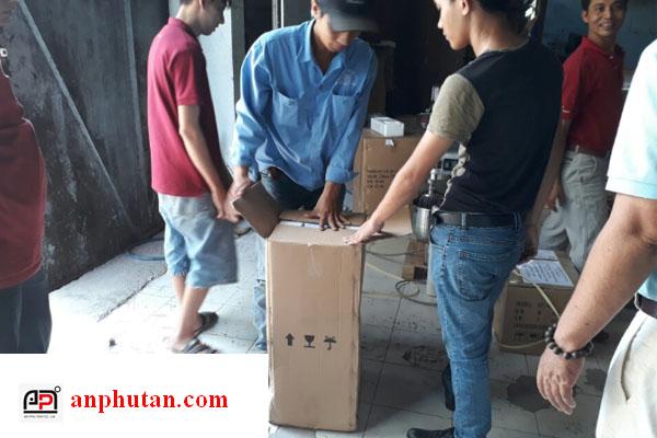 Nhân viên kĩ thuật và bốc xếp của AN PHÚ TÂN tiến hành vệ sinh, đóng thùng ốp mút xốp cho khách