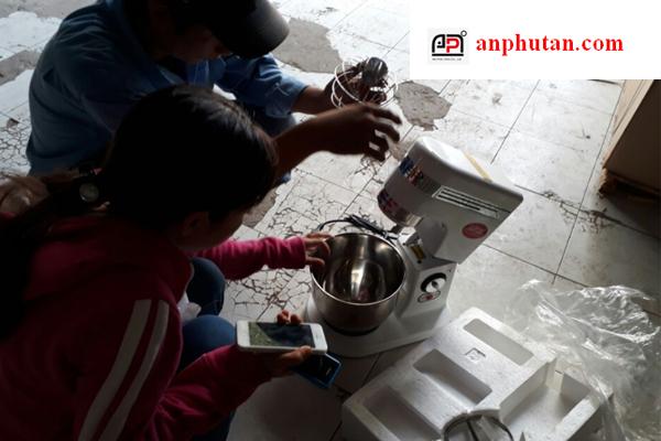 Kĩ thuật viên AN PHÚ TÂN đang hướng dẫn cho khách hàng cách sử dụng máy đánh trứng