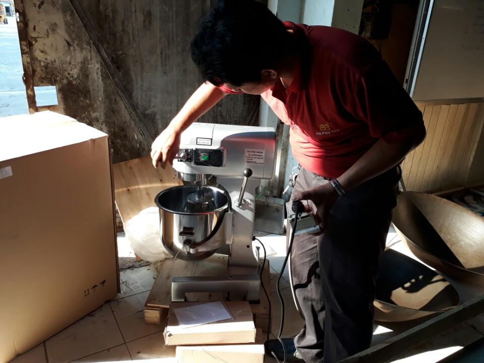 Khách hàng ghé kho AN PHÚ TÂN để mua máy trộn bột. Kĩ thuật viên chúng tôi đang tiến hành thử máy cho khách hàng xem trước khi giao máy tận nơi