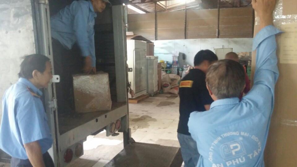 Đội ngũ vận chuyển AN PHÚ TÂN đang tích cực làm việc để giao tủ đúng hẹn cho khách hàng