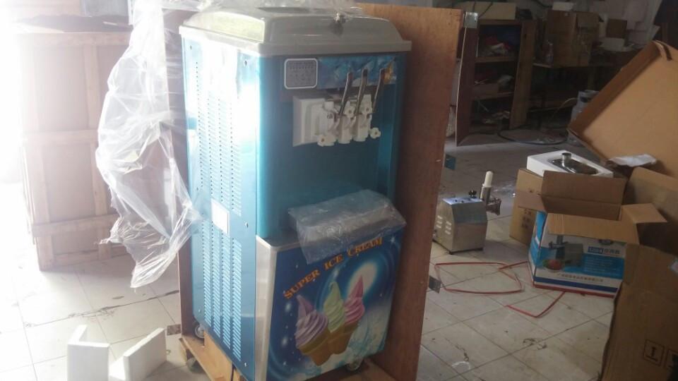 Khách hàng đến chọn và hài lòng về chất lượng cùng giá cả tủ làm kem 3 màu của AN PHÚ TÂN